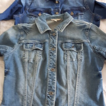 Two denim jackets lying flat one on the other to illustrate size